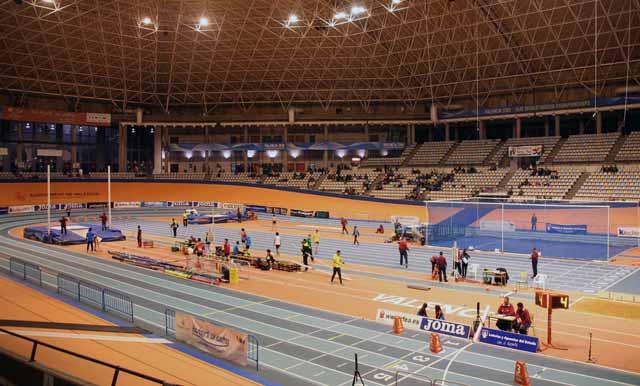 pista cubierta competición atletismo gradas vacías